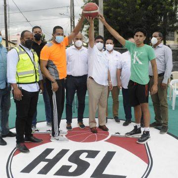 Ministro de Deportes entrega tres canchas  remozadas en Santo Domingo Este
